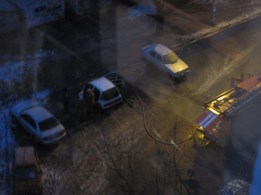 В Запорожье в жилом дворе сгорел автомобиль (ФОТО), фото-1