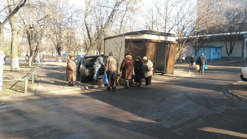 Отчаянные предприниматели! В Мариуполе повторно устанавливают незаконный киоск (ФОТО), фото-1