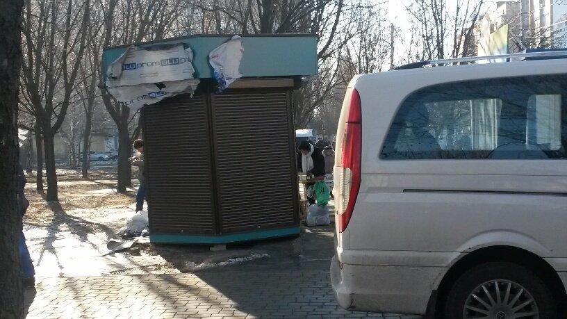 Отчаянные предприниматели! В Мариуполе повторно устанавливают незаконный киоск (ФОТО), фото-2