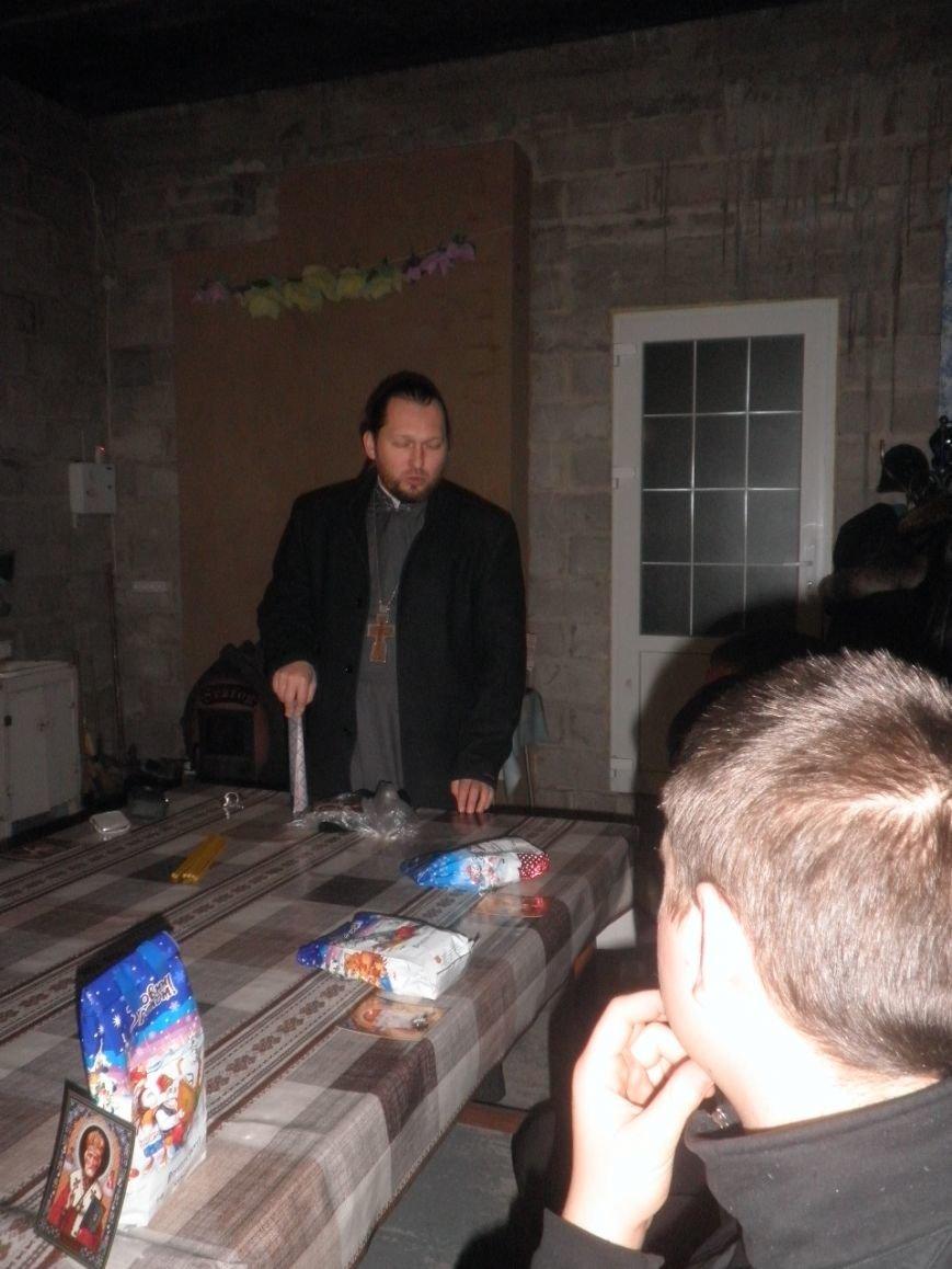 В  Мариуполе  трудным подросткам подарили крестики и сладкие подарки (ФОТО), фото-1