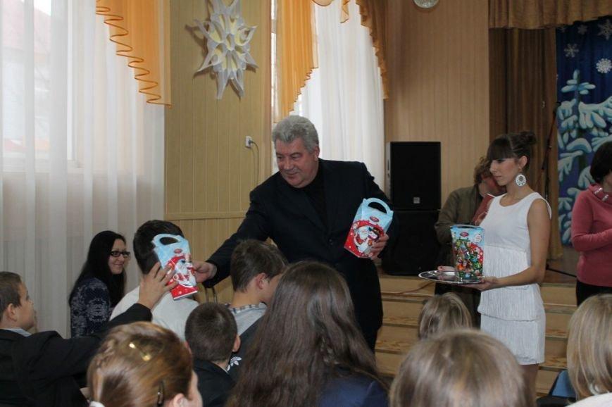 Сегодня артемовская детвора принимала подарки от Святого Николая, фото-1