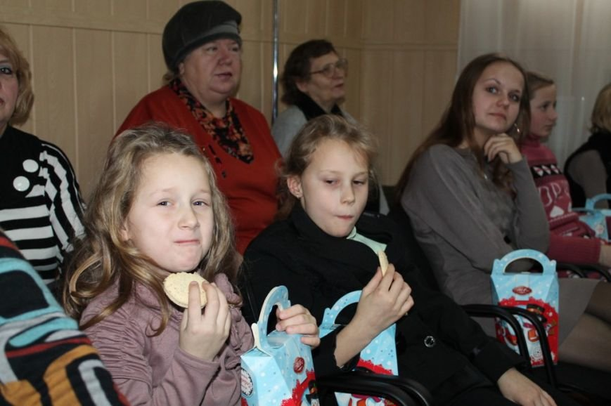 Сегодня артемовская детвора принимала подарки от Святого Николая, фото-4