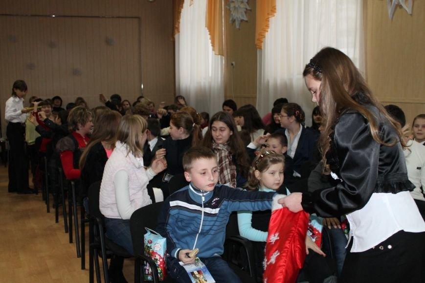 Сегодня артемовская детвора принимала подарки от Святого Николая, фото-7