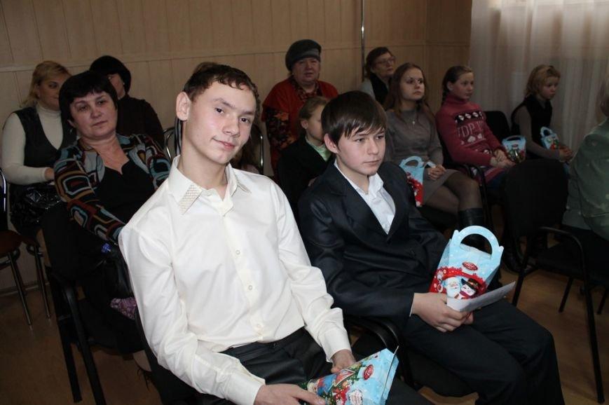 Сегодня артемовская детвора принимала подарки от Святого Николая, фото-2