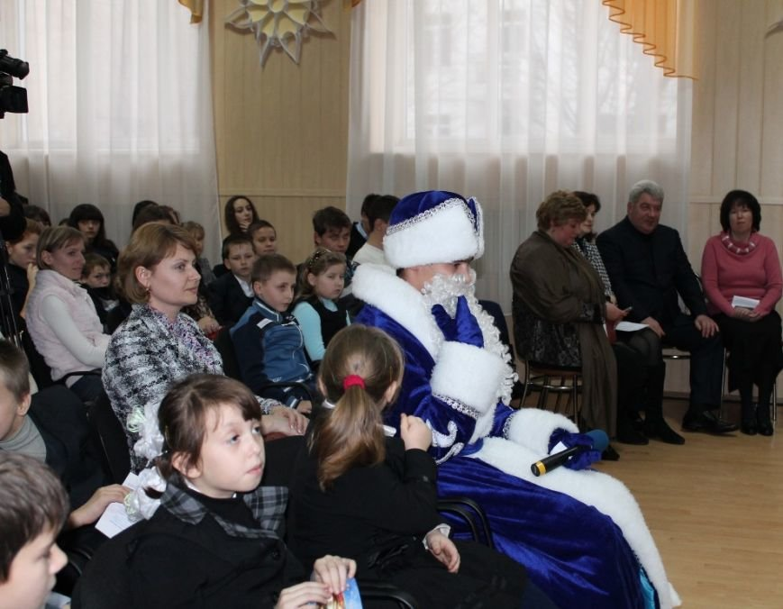 Сегодня артемовская детвора принимала подарки от Святого Николая, фото-5