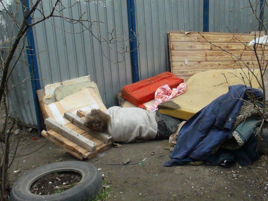 В Мариуполе  возле контейнерной площадки обнаружен труп мужчины (ФОТО+ВИДЕО), фото-1