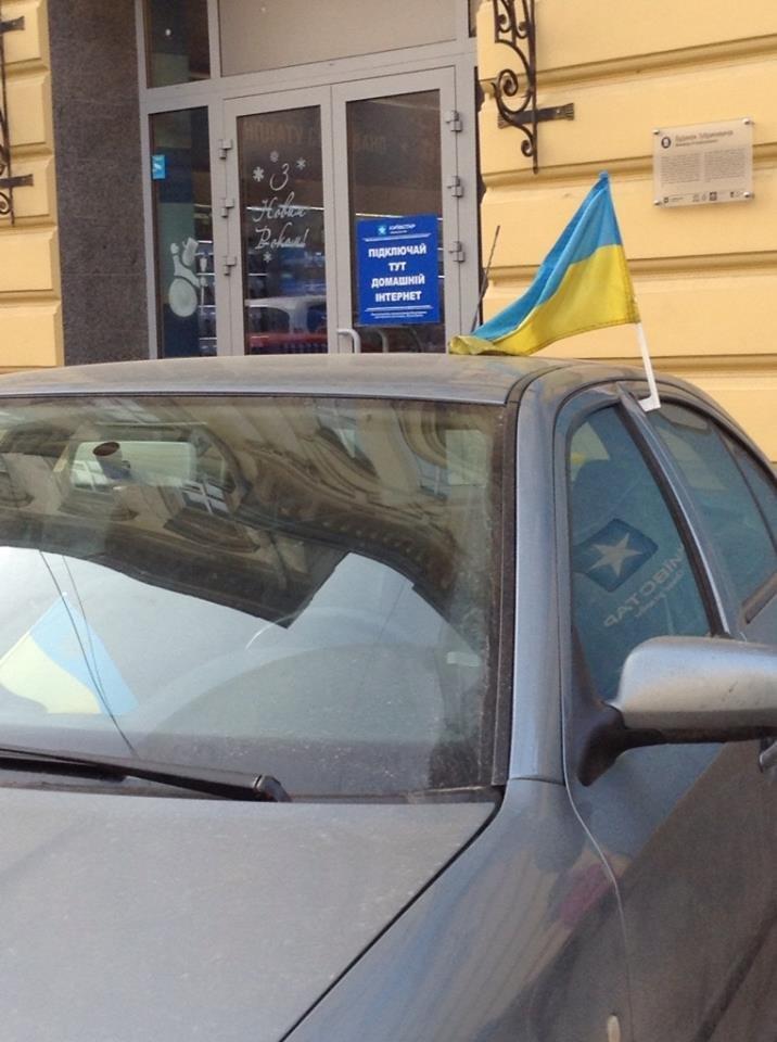 Новий тренд у Львові: водій прикрашають автівки прапорцями (ФОТО), фото-1