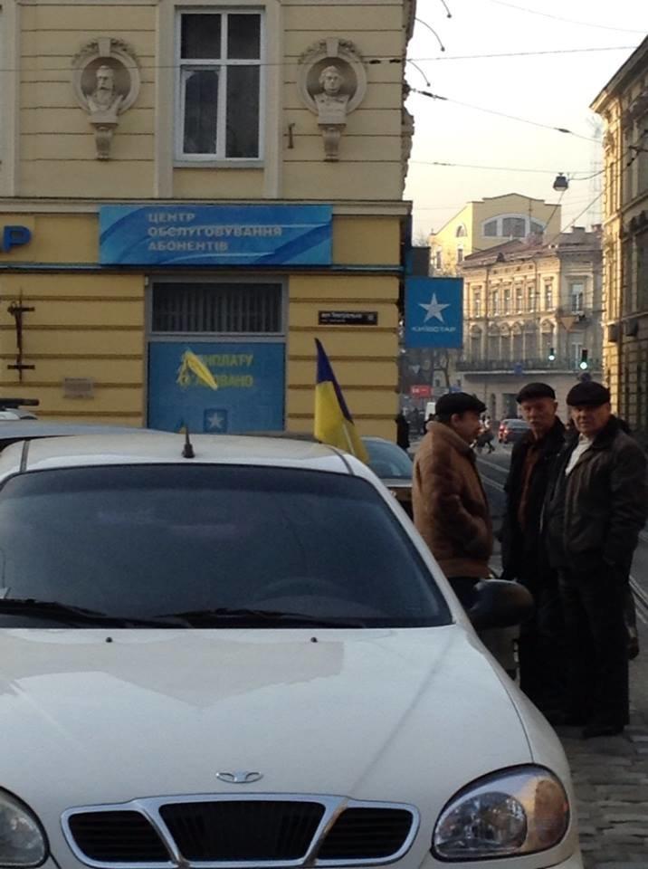 Новий тренд у Львові: водій прикрашають автівки прапорцями (ФОТО), фото-2