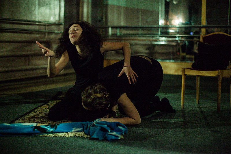 Актрисы театра «Новая сцена-2» сыграли трёх высоких женщин в пьесе абсурда, фото-1