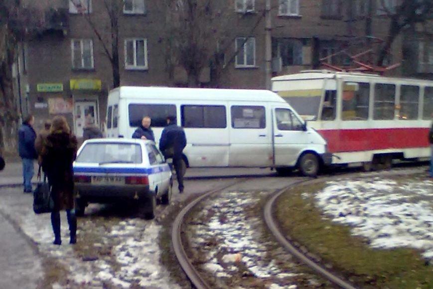 В Запорожье маршрутка столкнулась с трамваем (ФОТО), фото-1