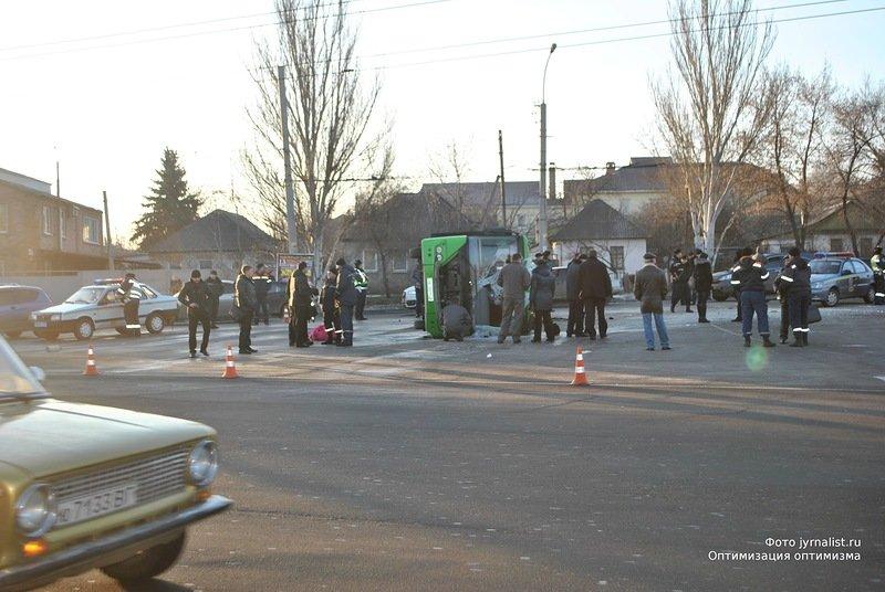 В Луганске перевернулся автобус. 18 человек госпитализировано (ФОТО), фото-1