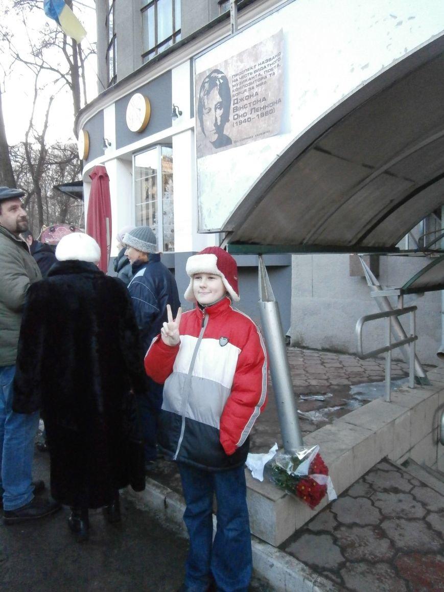 Харьковчане символически переименовали проспект Ленина в честь фронтмена британской группы The Beatles Джона Леннона (фото, видео), фото-38