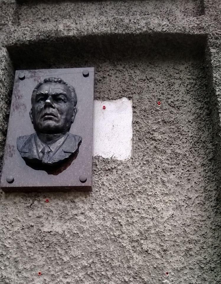 ФОТОФАКТ: В Запорожье вандалы разбили мемориальную доску Брежневу, фото-1