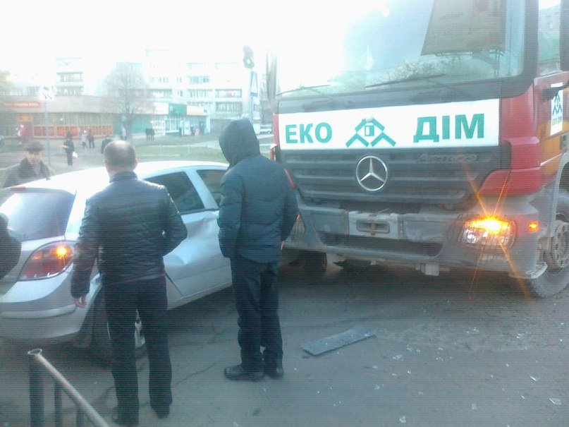 У Львові грузова машина «наїхала» на автівку (ФОТО), фото-1