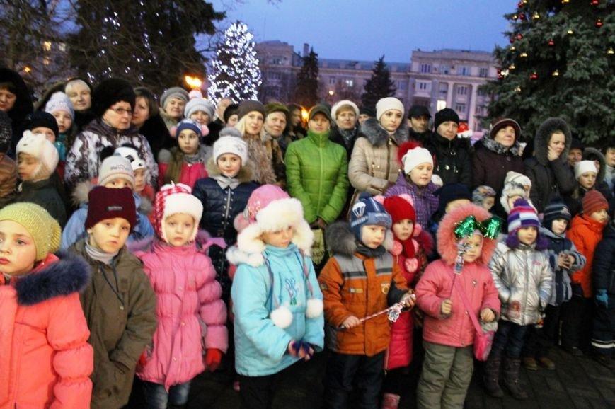 В Артемовске водили огромный хоровод вокруг главной городской елки (ВИДЕО), фото-1