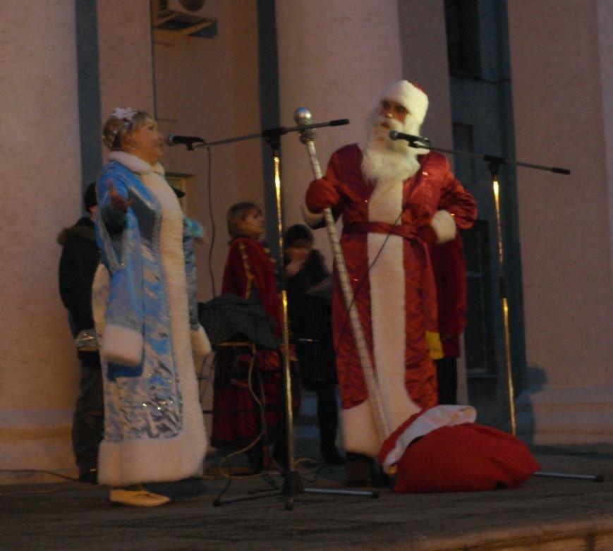 «Раз, два, три…» В Красноармейске «зажглась» Новогодняя елка, фото-23