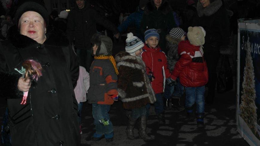 «Раз, два, три…» В Красноармейске «зажглась» Новогодняя елка, фото-1