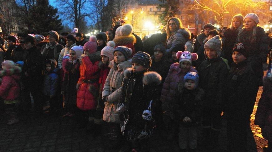 «Раз, два, три…» В Красноармейске «зажглась» Новогодняя елка, фото-26