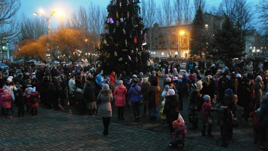«Раз, два, три…» В Красноармейске «зажглась» Новогодняя елка, фото-19