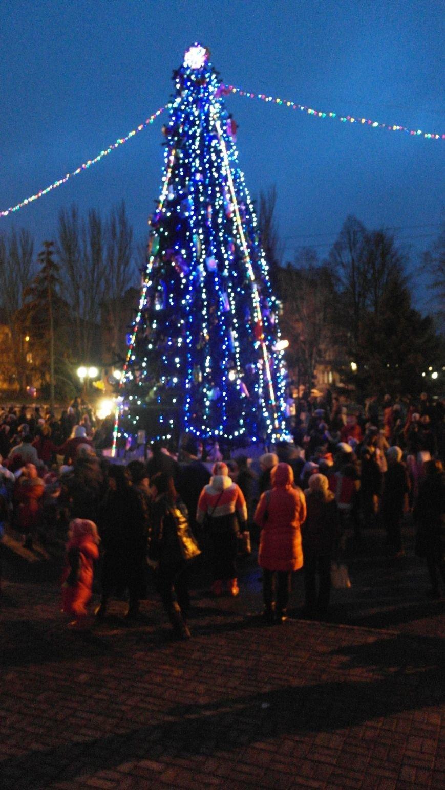 «Раз, два, три…» В Красноармейске «зажглась» Новогодняя елка, фото-24
