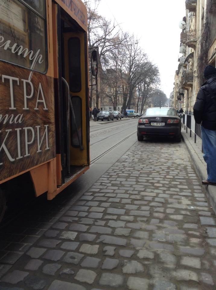 Пасажири трамваїв потерпають від горе-паркувальників (ФОТО), фото-3