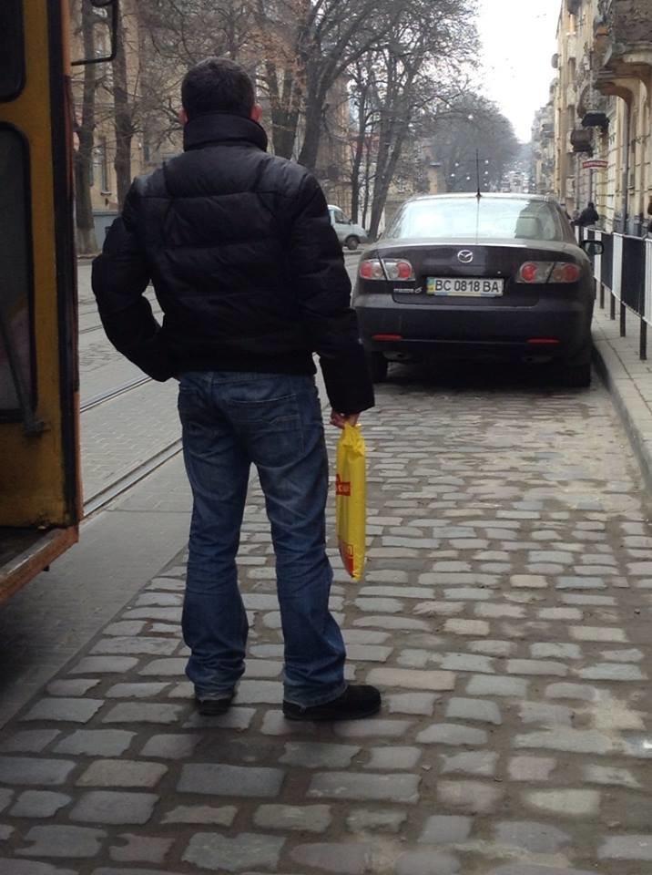 Пасажири трамваїв потерпають від горе-паркувальників (ФОТО), фото-1