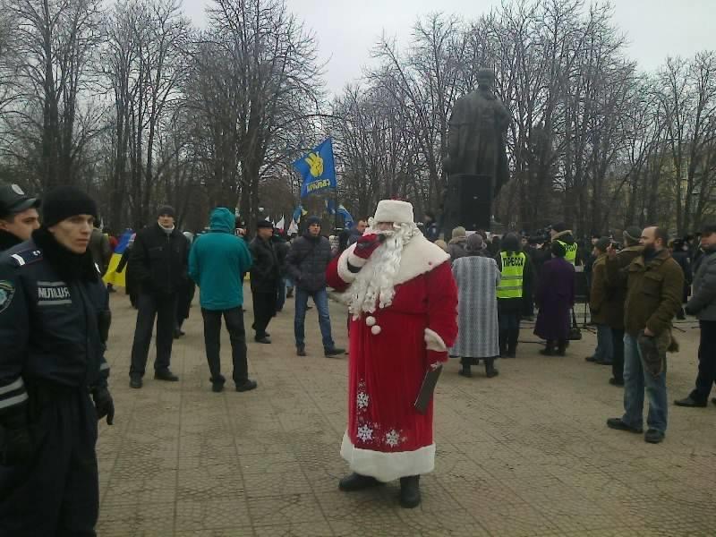 Сегодня Луганский Евромайдан закидали дымовыми шашками (ФОТО, ВИДЕО), фото-2