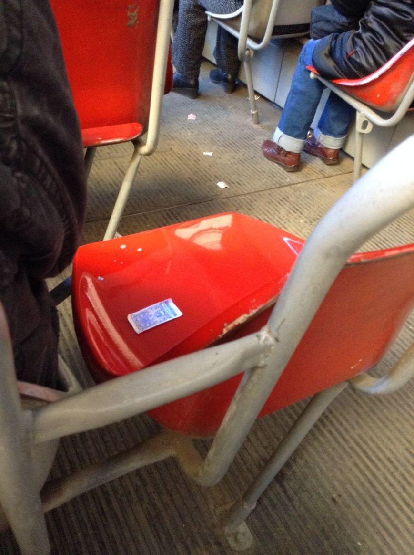 Пасажири трамваю не викидають закомпостовані квитки, а залишають їх для інших  (ФОТО), фото-1