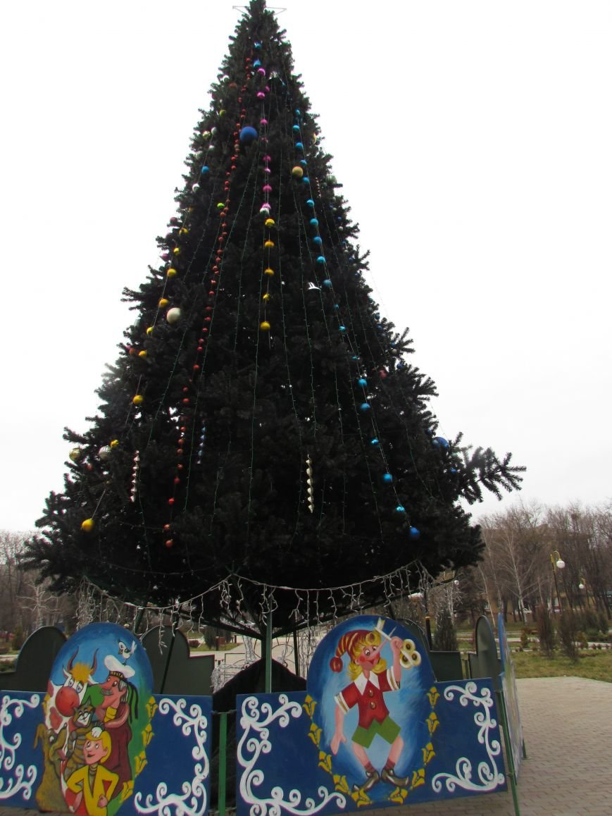 В Мариуполе во всех районах города искусственные елки (ФОТО), фото-5