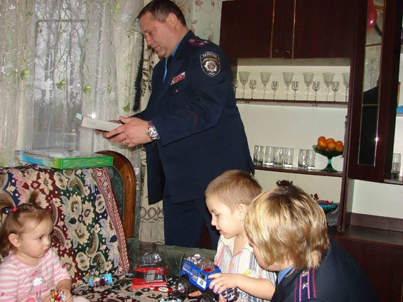 Врятованому 3-річному втікачу правоохоронці подарували справжнє свято_1