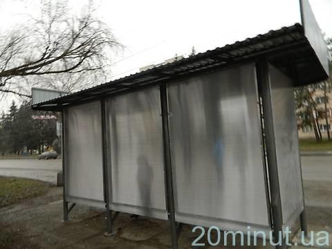 У Тернополі на проспекті Бандери завершують оновлювати зупинку (фото), фото-1