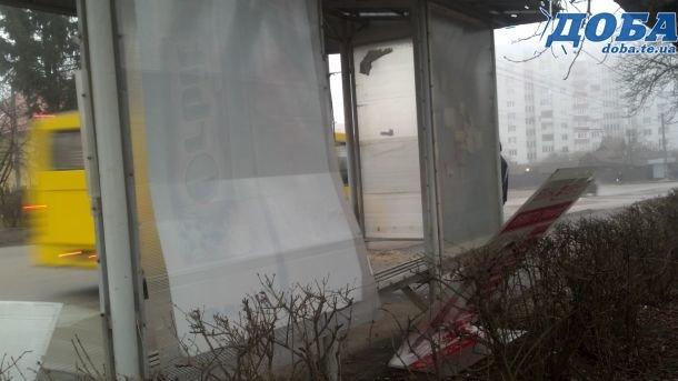 Вандали після новорічної ночі розбили нові зупинки у Тернополі (фото), фото-3