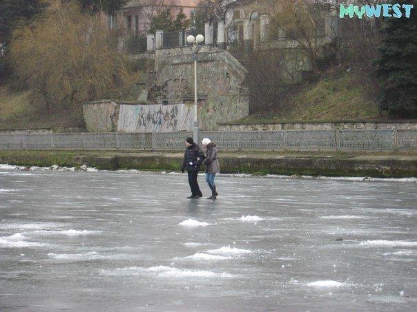 Небезпечні розваги: троє підлітків вистрибнули на кригу Тернопільського озера (фото), фото-1