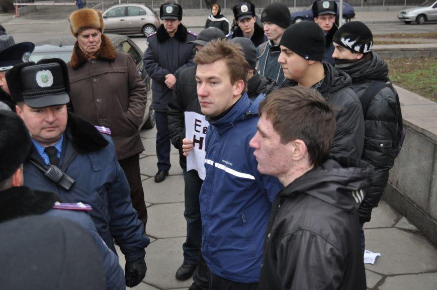 ФОТОФАКТ: На запорожском ЕвроМайдане провокаторам порвали плакаты, фото-1