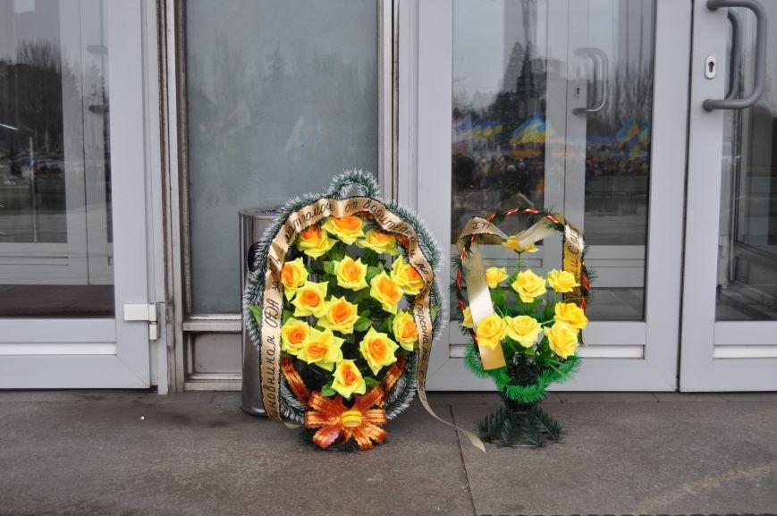 ФОТОФАКТ: В Запорожье санитары скорой помощи преподнесли губернатору похоронный венок (ОБНОВЛЕНО), фото-2