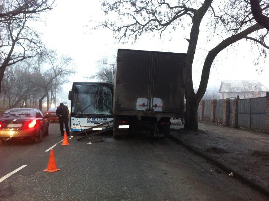 В Донецке автобус выехал на встречную и столкнулся с фурой (фото), фото-1
