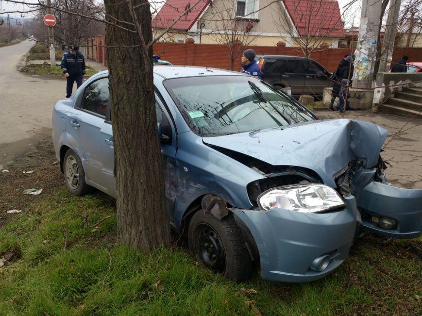 В Мариуполе на улице Бахмутской автомобиль «Шевроле» влетел в дерево (ФОТО), фото-1