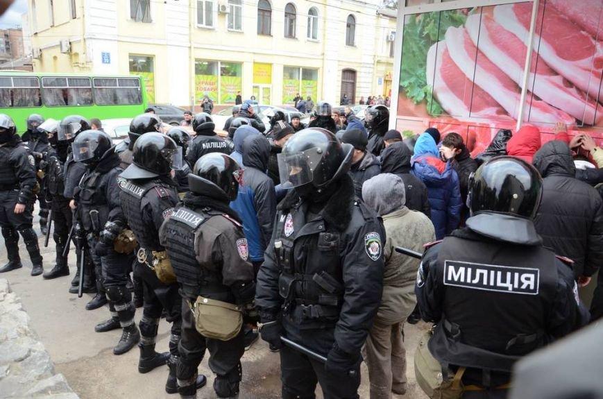 В Харькове «титушки» с ножами и газовыми баллончиками штурмовали церковь, в которой забаррикадировались евромайдановцы (ОБНОВЛЕНО, фото), фото-48