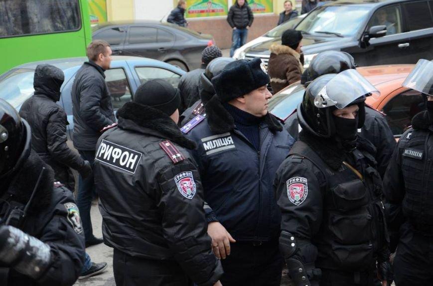 В Харькове «титушки» с ножами и газовыми баллончиками штурмовали церковь, в которой забаррикадировались евромайдановцы (ОБНОВЛЕНО, фото), фото-47