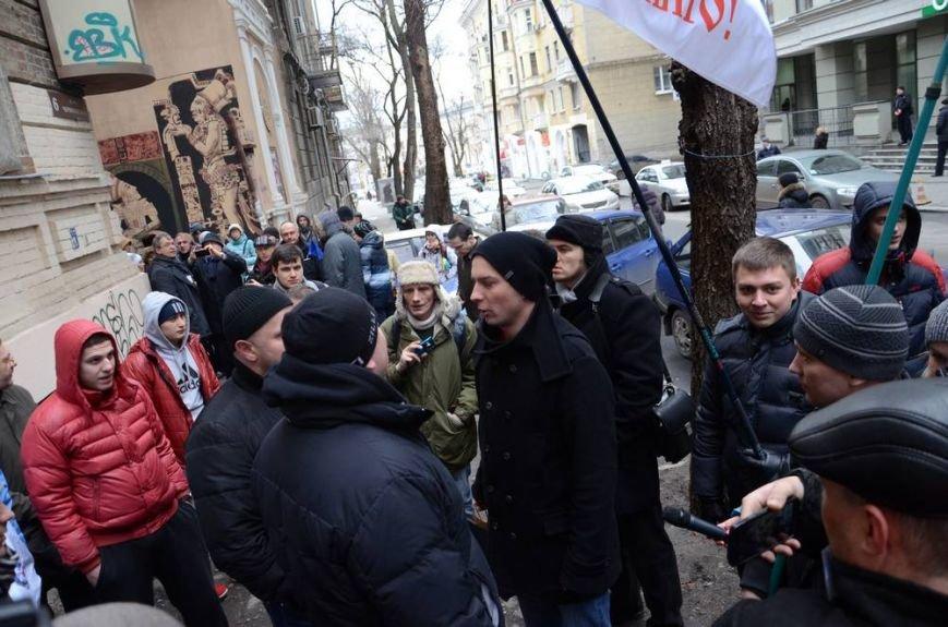 В Харькове «титушки» с ножами и газовыми баллончиками штурмовали церковь, в которой забаррикадировались евромайдановцы (ОБНОВЛЕНО, фото), фото-3