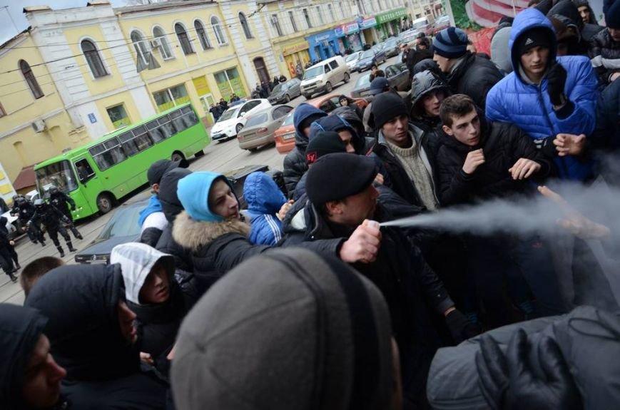 В Харькове «титушки» с ножами и газовыми баллончиками штурмовали церковь, в которой забаррикадировались евромайдановцы (ОБНОВЛЕНО, фото), фото-35
