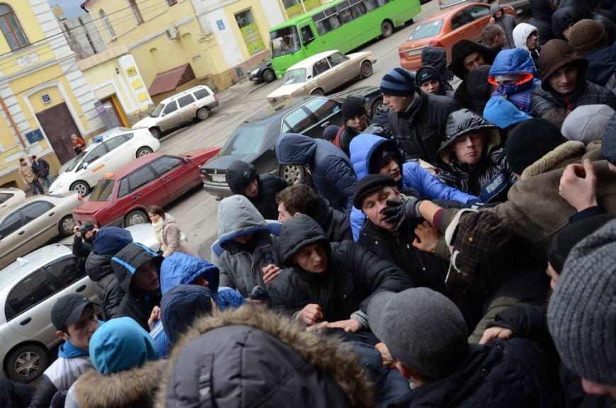 В Харькове «титушки» с ножами и газовыми баллончиками штурмовали церковь, в которой забаррикадировались евромайдановцы (ОБНОВЛЕНО, фото), фото-33