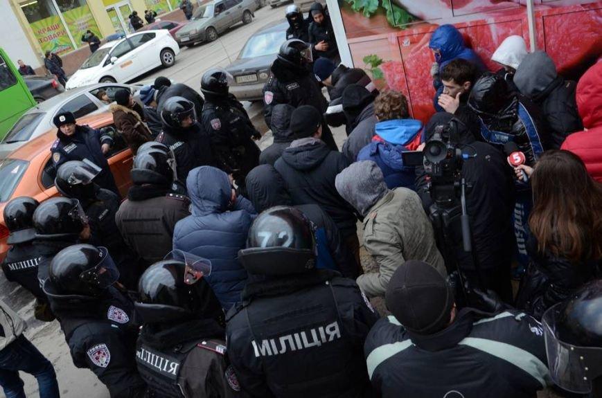 В Харькове «титушки» с ножами и газовыми баллончиками штурмовали церковь, в которой забаррикадировались евромайдановцы (ОБНОВЛЕНО, фото), фото-44