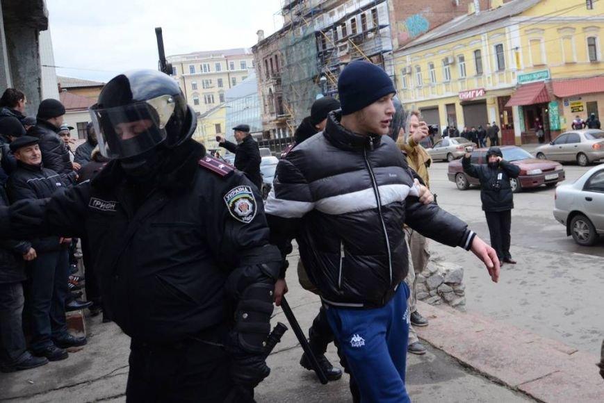 В Харькове «титушки» с ножами и газовыми баллончиками штурмовали церковь, в которой забаррикадировались евромайдановцы (ОБНОВЛЕНО, фото), фото-42