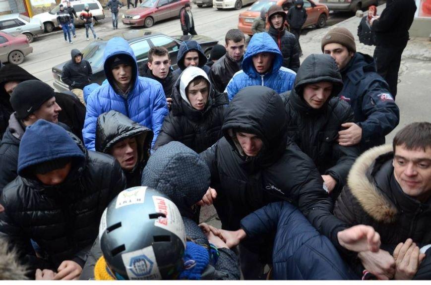 В Харькове «титушки» с ножами и газовыми баллончиками штурмовали церковь, в которой забаррикадировались евромайдановцы (ОБНОВЛЕНО, фото), фото-17