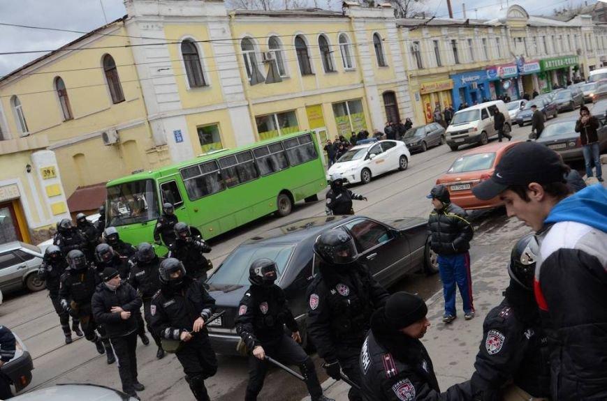 В Харькове «титушки» с ножами и газовыми баллончиками штурмовали церковь, в которой забаррикадировались евромайдановцы (ОБНОВЛЕНО, фото), фото-36