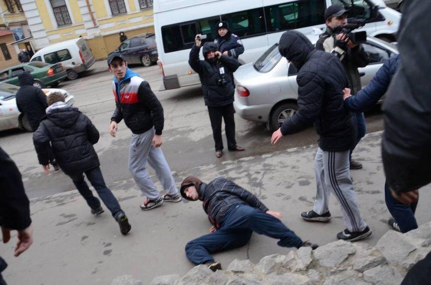 В Харькове «титушки» с ножами и газовыми баллончиками штурмовали церковь, в которой забаррикадировались евромайдановцы (ОБНОВЛЕНО, фото), фото-37
