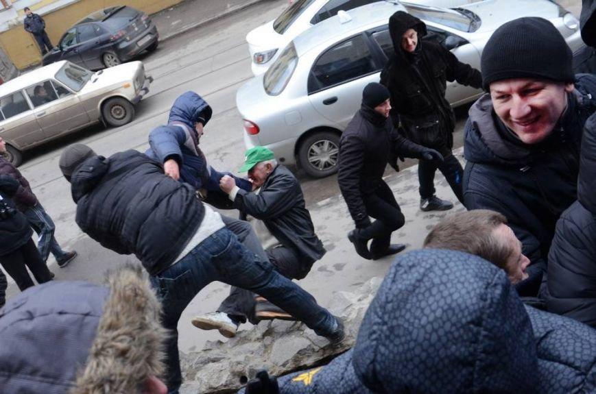 В Харькове «титушки» с ножами и газовыми баллончиками штурмовали церковь, в которой забаррикадировались евромайдановцы (ОБНОВЛЕНО, фото), фото-19