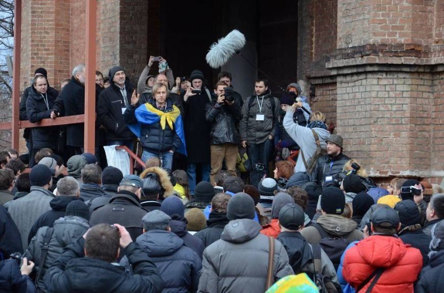 В Харькове «титушки» с ножами и газовыми баллончиками штурмовали церковь, в которой забаррикадировались евромайдановцы (ОБНОВЛЕНО, фото), фото-8