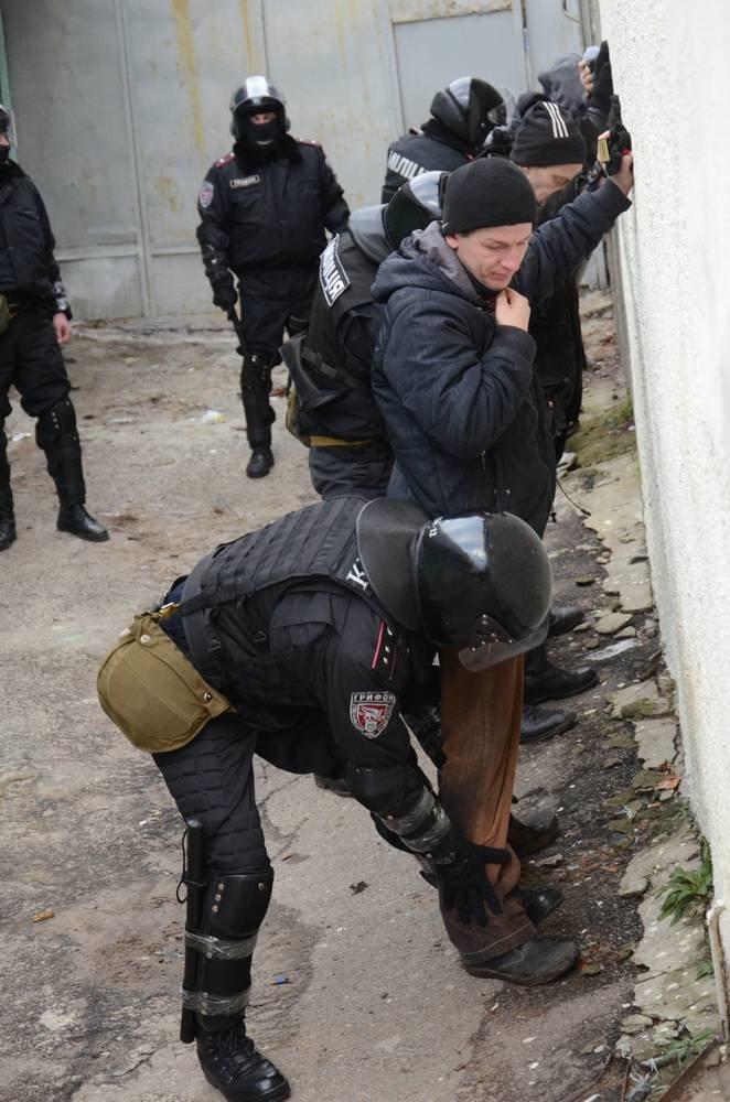 В Харькове «титушки» с ножами и газовыми баллончиками штурмовали церковь, в которой забаррикадировались евромайдановцы (ОБНОВЛЕНО, фото), фото-60